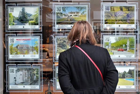 Nederland, Laren, 15-1-2012Een vrouw bekijkt de advertenties voor huizen die te koop staan. Hier in het Gooi is het aanbod van grote en kostbare huizen, landhuizen, erg groot. Huizen van meer dan een miljoen euro worden volop aangeboden.Foto: Flip Franssen/Hollandse Hoogte