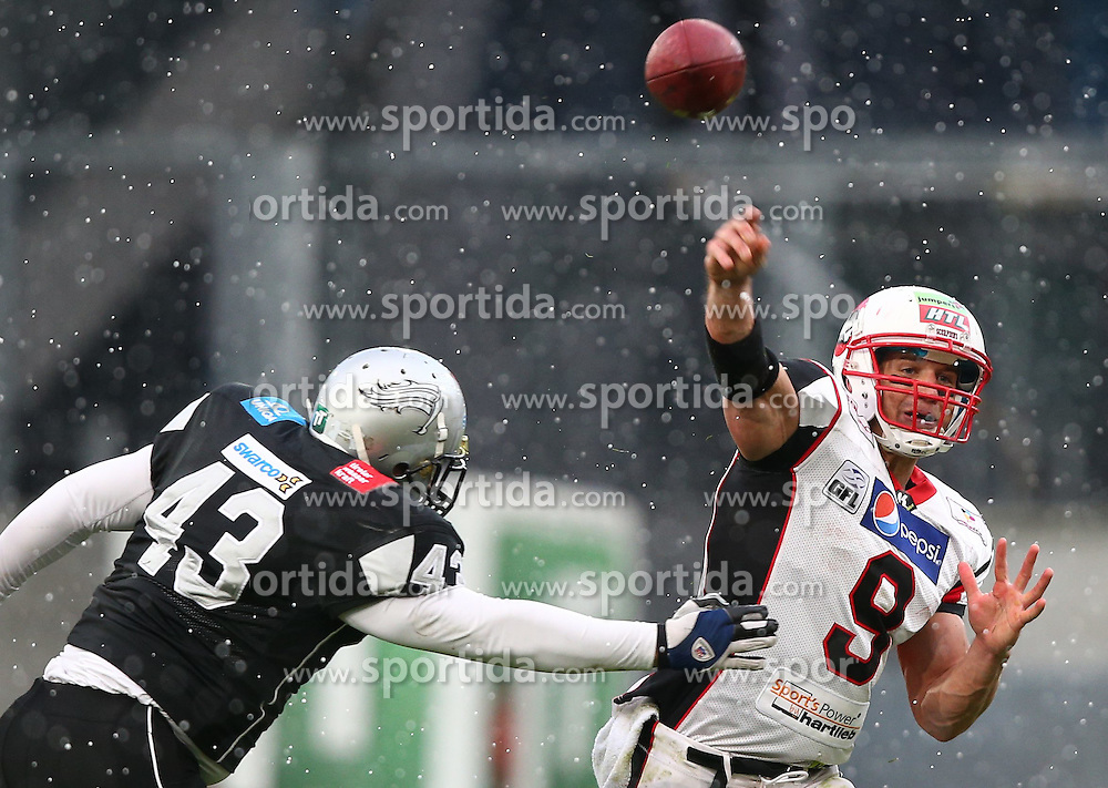 05.04.2015, Tivoli Stadion, Innsbruck, AUT, BATTLE4TIROL, Swarco Raiders Tirol vs Stuttgart Scorpions, im Bild Ersin Goedel (Swarco Raiders Tirol, DB, #43) und Thomas Schneider (Stuttgart Scorpions, QB, #9) // during the BATTLE4TYROL game between Swarco Raiders Tirol and Stuttgart Scorpions at the Tivoli Stadion, Innsbruck, Austria on 2015/04/05. EXPA Pictures © 2015, PhotoCredit: EXPA/ Thomas Haumer