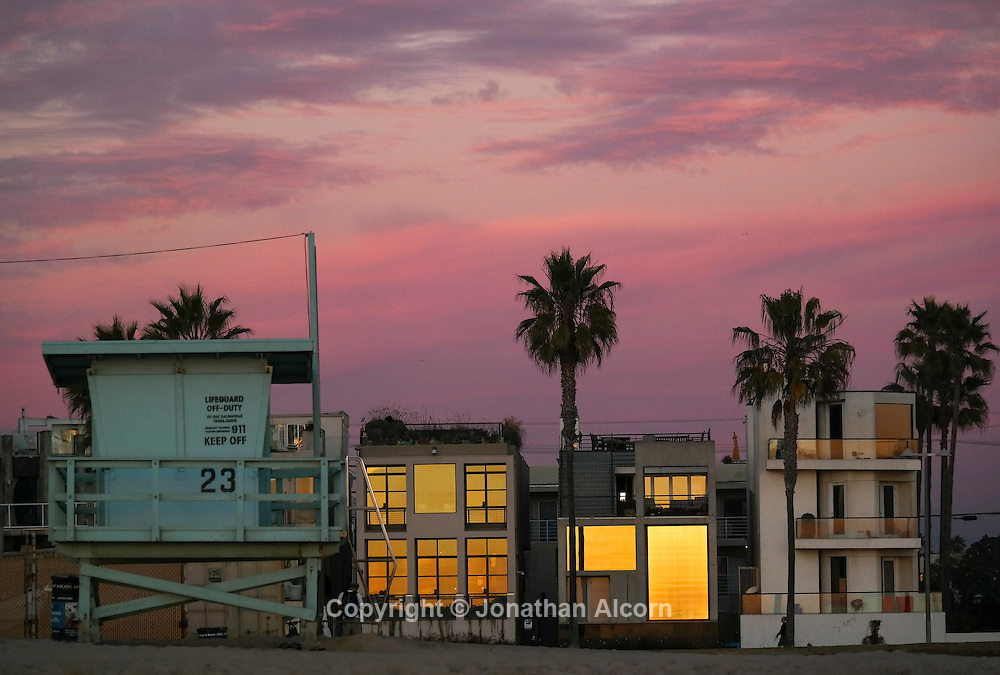 A lifeguard tower stands on the beach in front of beach houses in Venice Beach. GALAXYNX 55-200 mm