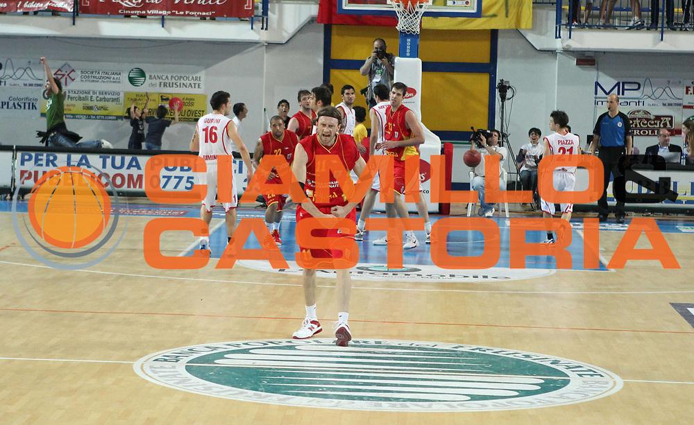 DESCRIZIONE : Frosinone Lega Basket A2 2010-2011 Playoff quarti gara 4 Prima Veroli Immobiliare Spiga Rimini<br /> GIOCATORE : Ivan Gatto         <br /> SQUADRA : Prima Veroli  <br /> EVENTO : Campionato Lega Basket A2 2010-2011<br /> GARA : Prima Veroli Immobiliare Spiga Rimini <br /> DATA : 20/05/2011<br /> CATEGORIA : esultanza         <br /> SPORT : Pallacanestro<br /> AUTORE : Agenzia Ciamillo-Castoria/A.Ciucci<br /> Galleria : Lega Baket A2 2010-2011<br /> Fotonotizia : Frosinone  Lega Basket A2 2010-2011 Playoff quarti gara 4 Prima Veroli Spiga Immobiliare Rimini <br /> Predefinita :