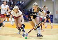 ROTTERDAM - Floor van Bergen (l)  van MOP in duel met Elsemiek Groen van A'dam  en tijdens de  finale zaalhockey om het Nederlands kampioenschap tussen de  vrouwen  van Amsterdam en MOP.  ANP KOEN SUYK