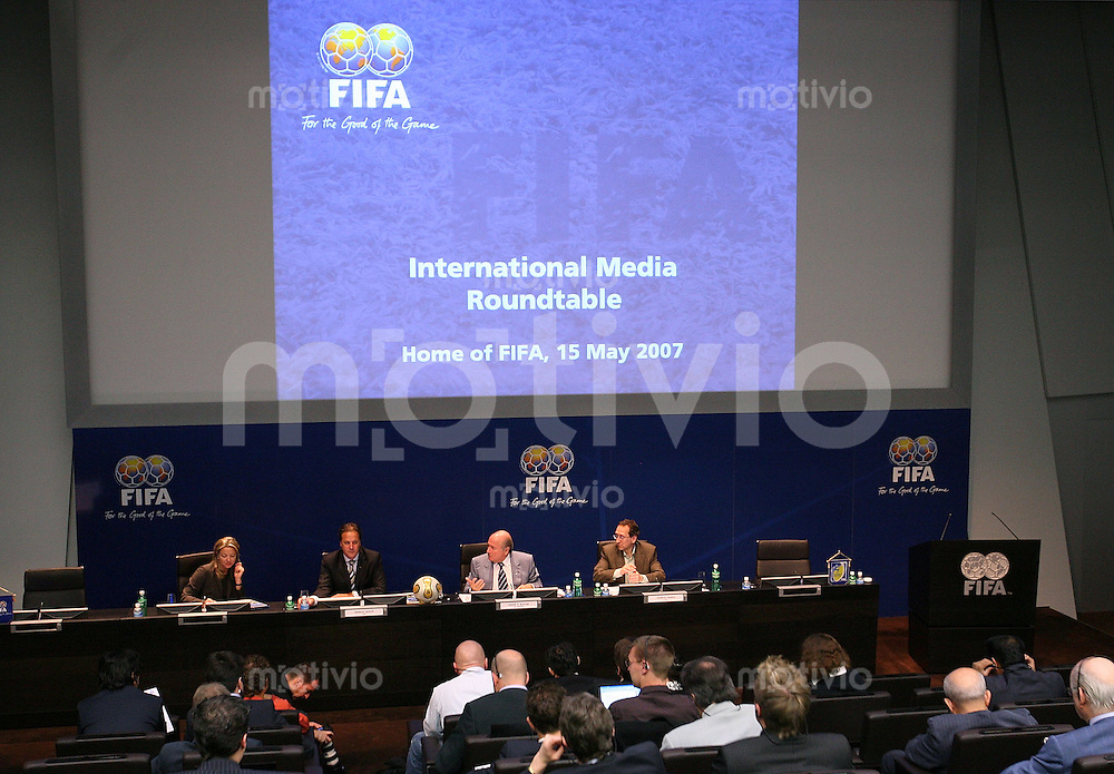 Fussball International FIFA Roundtable mit FIFA-Praesident Joseph S. BLATTER (mitte)