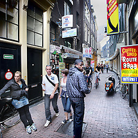 Nederland, amsterdam , 15 juli 2011..Coffeeshop Route 99 in Haringpakkerssteeg 8 is een van de coffeeshops die zijn gesloten wegens vermeende hashhandel. Route 99 coffee shop in Haringpakkerssteeg 8 is one of the coffee shops were closed for alleged hashish trade.
