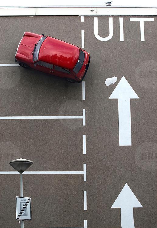 Nederland Den Haag 6 september 2008 20080906 Foto: David Rozing ..Beeld uit serie Nederland in beweging. Zone onbetaald parkeren in Haagse Schilderswijk. Kunst, op de muur van een appartementen complex zijn parkeervakken aangebracht en een auto aan de muur bevestigd...Foto David Rozing