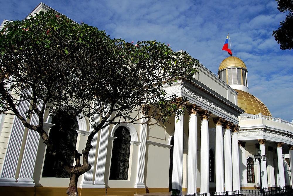 EL CAPITOLIO<br /> Caracas - Venezuela 2008<br /> Photography by Aaron Sosa<br /> <br /> El Capitolio o Palacio Federal, como tambi&eacute;n se le conoce, fue construido en el a&ntilde;o 1872 durante la presidencia del General Antonio Guzm&aacute;n Blanco y fue su primera obra de importancia. El Palacio ocupa toda una manzana, al suroeste de la Plaza Bol&iacute;var. El autor del proyecto fue el ingeniero - arquitecto Luciano Urdaneta, empleando t&eacute;cnicas innovadoras para la &eacute;poca. <br /> <br /> La parte sur, donde se encuentran los salones de sesiones de las c&aacute;maras legislativas, fue inaugurada el 20 de febrero de 1873. La parte norte, donde se encuentra el Sal&oacute;n El&iacute;ptico, fue inaugurada el 20 de febrero de 1877. Ambos lados se entrelazan a trav&eacute;s de dos cuerpos que dan acceso a gran patio central, desde los lados este y oeste. La fuente central se realiz&oacute; seg&uacute;n proyecto de Duvale en 1873 y se ha conservado hasta nuestros d&iacute;as. En el a&ntilde;o 1890 se mont&oacute; una bella sobre c&uacute;pula dorada importada de B&eacute;lgica, sobre el Sal&oacute;n El&iacute;ptico. La misma fue reemplazada recientemente por una de aluminio anodinado. Originalmente, el Capitolio fue sede del Poder Ejecutivo, luego form&oacute; parte de la Corte Federal y despu&eacute;s al Poder Legislativo. En la actualidad es la sede de la Asamblea Nacional.<br /> <br /> El Sal&oacute;n El&iacute;ptico es una sala oval con una bella e imponente c&uacute;pula dorada. En su interior se encuentran grandes tesoros para la patria, como son el Acta de Independencia firmada el 5 de julio de 1811, la cual se encuentra en un pedestal presidido por un busto de Bol&iacute;var y s&oacute;lo se exhibe el d&iacute;a de celebraci&oacute;n de esta importante fecha; la cronolog&iacute;a de todas las constituciones de Venezuela, pinturas de los pr&oacute;ceres, y un cuadro que representa la Batalla de Carabobo (24 de junio de 1821) realizado por Tovar y