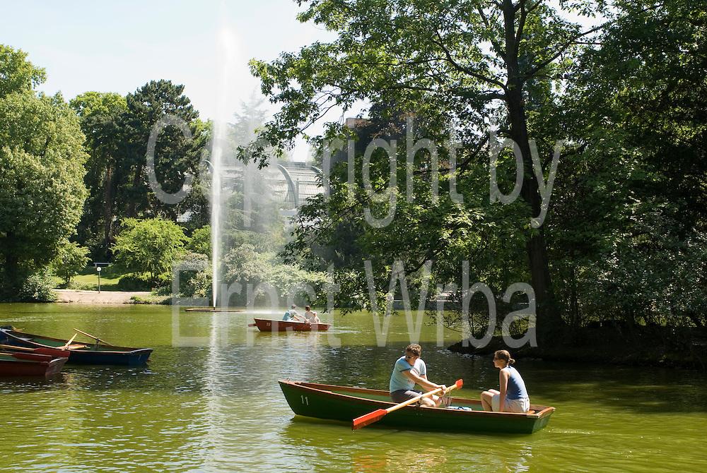 Palmengarten, Ruderboote am See, Fontäne, Frankfurt am Main, Hessen, Deutschland | Palmengarten, botanical garden in Frankfurt, lake and rowing boats, Germany