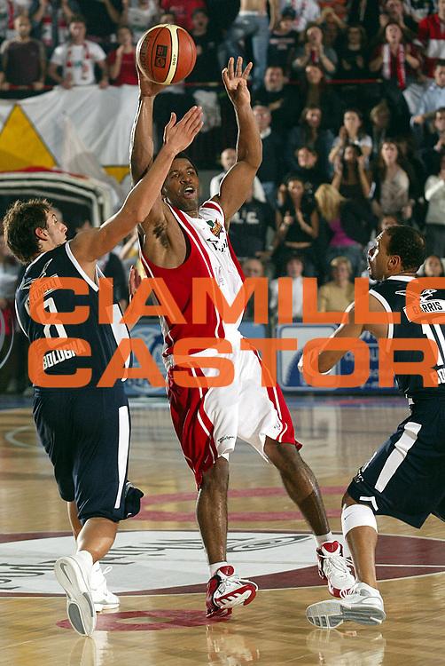 DESCRIZIONE : VARESE CAMPIONATO ITALIANO LEGA A1 STAGIONE 2005-2006<br />GIOCATORE : COLLINS<br />SQUADRA : WHIRLPOOL VARESE<br />EVENTO : CAMPIONATO LEGA A1 STAGIONE 2005-2006<br />GARA : WHIRLPOOL VARESE-CLIMAMIO BOLOGNA<br />DATA : 16/10/2005<br />CATEGORIA : Passaggio<br />SPORT : Pallacanestro<br />AUTORE : AGENZIA CIAMILLO &amp; CASTORIA/Stefano Ceretti