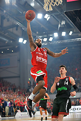 21.06.2015, Brose Arena, Bamberg, GER, Beko Basketball BL, Brose Baskets Bamberg vs FC Bayern Muenchen, Playoffs, Finale, 5. Spiel, im Bild Bradley Wanamaker (Brose Baskets Bamberg / Mitte) kommt nach einem Fast-Break ungehindert zum Korbwurf. Rechts im Bild: Nihad Djedovic (FC Bayern Muenchen) // during the Beko Basketball Bundes league Playoffs, final round, 5th match between Brose Baskets Bamberg and FC Bayern Muenchen at the Brose Arena in Bamberg, Germany on 2015/06/21. EXPA Pictures &copy; 2015, PhotoCredit: EXPA/ Eibner-Pressefoto/ Merz<br /> <br /> *****ATTENTION - OUT of GER*****