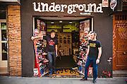 Underground, tienda de calzados para tribus urbanas. Los dueños también son productores culturales.