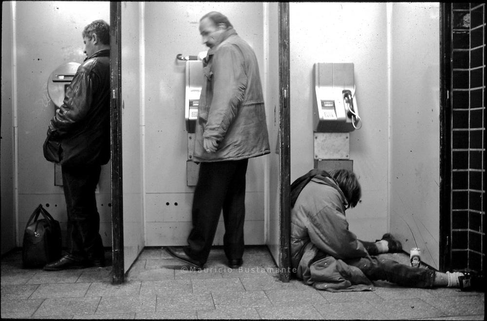 Am Hamburger Hauptbahnhof, und in den Straßen dahinter, treffen sich Junkies und Alkoholiker, kindliche Huren und alt gewordene Berber, Dealer, Jugendliche auf Trebe und Crackraucher auf Steinsuche. Dazu, allemal am Abend, die Freier und Spanner, all die normal Perversen und pervers Normalen. Mehr, deutlich mehr als tausend?..Peter Brandhorst.