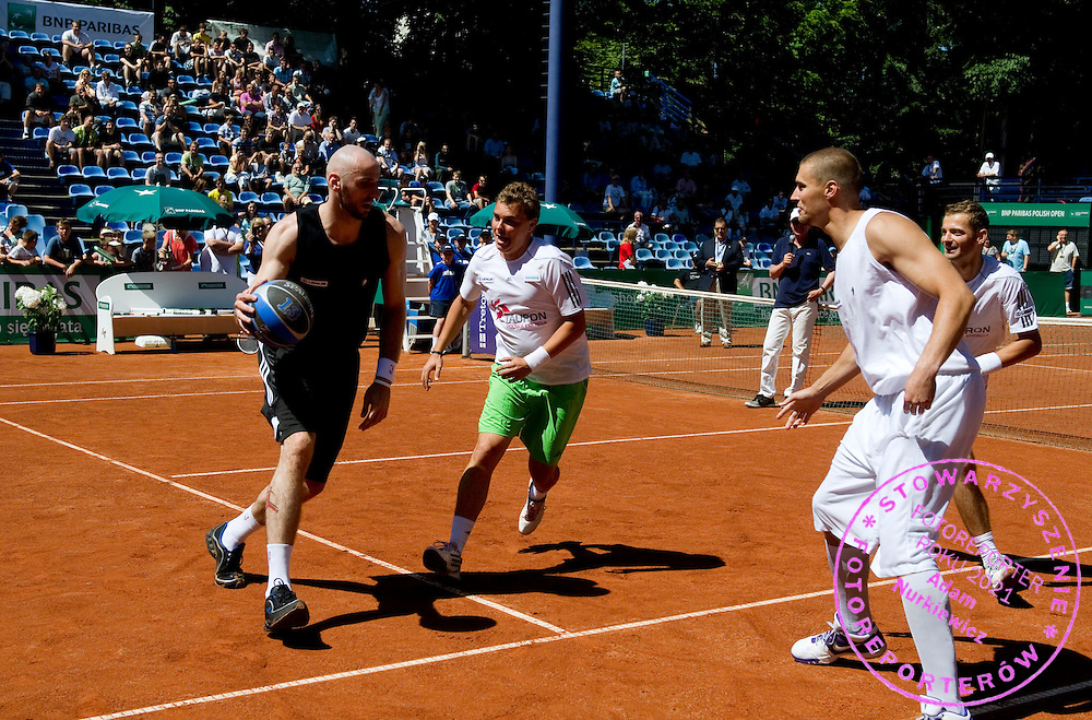 (L) MARCIN GORTAT & (C) MARCIN MATKOWSKI WHILE EXHIBITION BAKETBALL MATCH DURING DAY 5 OF THE MEN'S SINGLES TOURNAMENT BNP PARIBAS POLISH OPEN AT TENNIS CLUB IN SOPOT, POLAND...POLAND, SOPOT , JULY 15, 2011..( PHOTO BY ADAM NURKIEWICZ / MEDIASPORT )..PICTURE ALSO AVAIBLE IN RAW OR TIFF FORMAT ON SPECIAL REQUEST.
