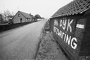 Nederland, Ooijpolder, 15-11-1992Protest tegen de voorgenomen dijkverzwaring van de dijken. Veel dijkhuisjes zouden worden gesloopt om ruimte voor de verhoging te maken. Na de bijna-ramp van februari 1995 is versneld de verhoging en versterking van de rivierdijken ter hand genomen. Het protest hiertegen uit voorgaande jaren verstomde door het algemeen inzicht dat het noodzakelijk was.Foto: Flip Franssen/Hollandse Hoogte