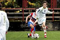 Fotball<br /> 2. divisjon<br /> 18.10.08<br /> Voldsløkka Stadion<br /> Vålerenga VIF 2 - Lyn 2<br /> Christer Jensen foran Johannes Johannesen<br /> Foto - Kasper Wikestad