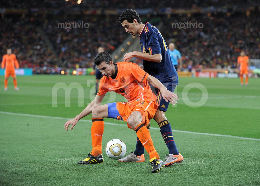 FUSSBALL WM 2010  FINALE   11.07.2010 Holland - Spanien Robin VAN PERSIE (li, Holland) gegen Sergio BUSQUETS (re, Spanien)