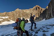 Zwei Alpinisten seilen sich auf dem Sidelengletscher an. Hinten die S&uuml;dwand des Galenstocks mit dem SE-Grat rechts, Furka, Uri, Schweiz<br /> <br /> Two alpinists on the Sidelengletscher are roping up. In the background the south face of Galenstock with the SE ridge to the right, Furka, Uri, Switzerland