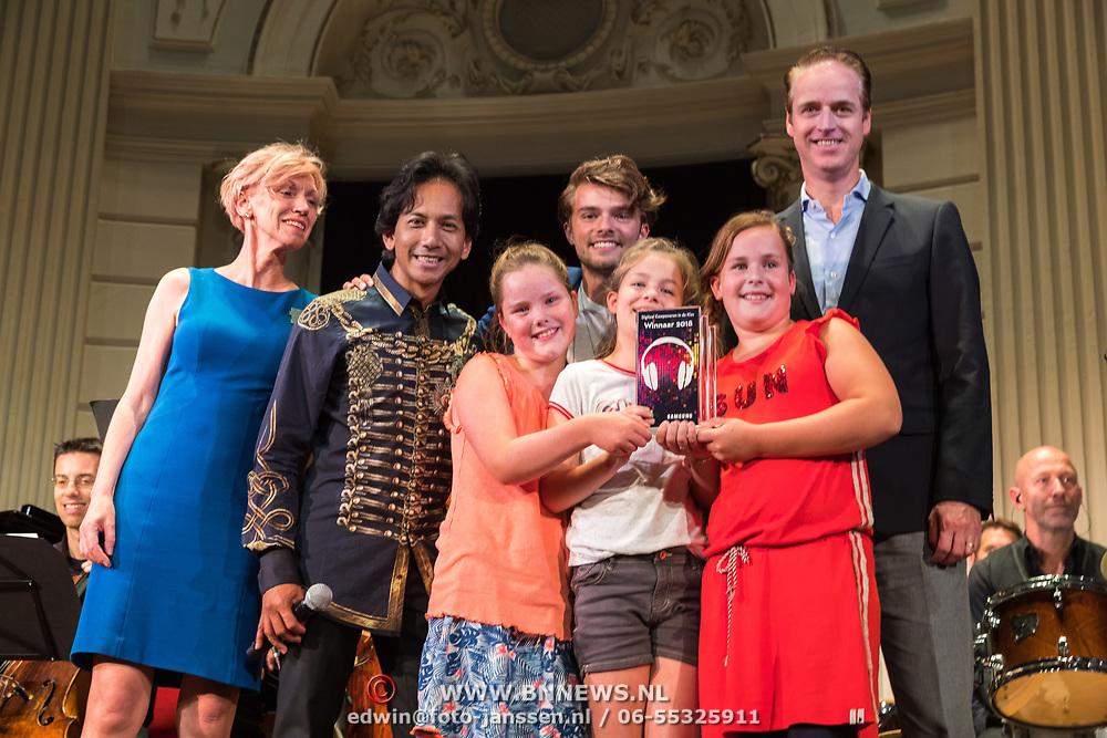 NLD/Amingtonesterdam/20180620 - Uitreiking Award Beste Ringtone, jury met de prijswinnaar van de