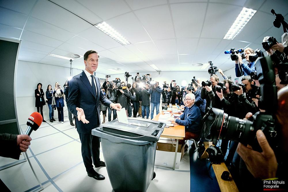 Den Haag ,15 maart 2017 - VVD Lijsttrekker Mark Rutte brengt zijn stem uit op de Woltersschool in Den Haag op de verkiezingsdag.<br /> Foto: Phil Nijhuis