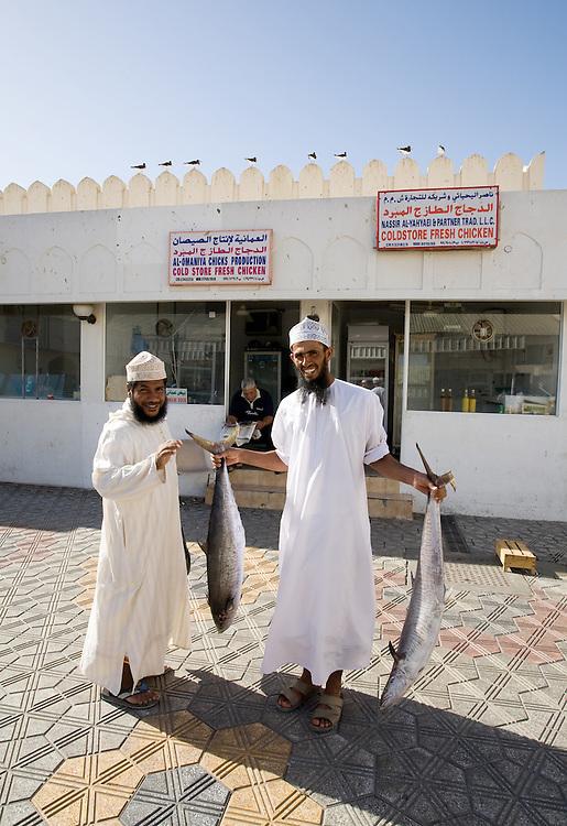 OMAN Sultanat; Arabische Halbinsel, Golf von Oman; Tourismus; Handel: Fisch Markt in Matrah: Männer in traditioneller Kleidung > Dishdash;  Fish Market in Muttrah,11.03.2008