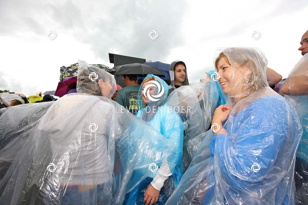 LIESHOUT - Het publiek van Bavaria Open Air genoot van het festival ondanks de regenbuien die tussendoor naar beneden vielen. FOTO LEVIN DEN BOER - PERSFOTO.NU