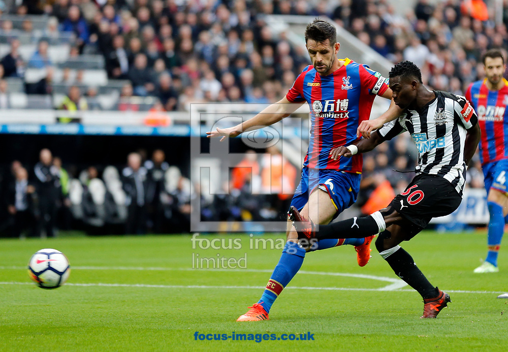 Christian Atsu (r) of Newcastle United shooting during the Premier League match at St. James's Park, Newcastle<br /> Picture by Simon Moore/Focus Images Ltd 07807 671782<br /> 21/10/2017