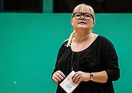 BORDTENNIS: Holdleder Britt Spangsberg (Herlev) præsenterer de to hold før kampen i Stigadivisionen mellem Herlev og Roskilde den 8. december 2017 på Kildegårdskolen i Herlev. Foto: Claus Birch