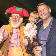 NLD/Amsterdam/20161126 - Studio 100 Winterfestival, Dennis van der Geest met dochter en Kabouter Plop
