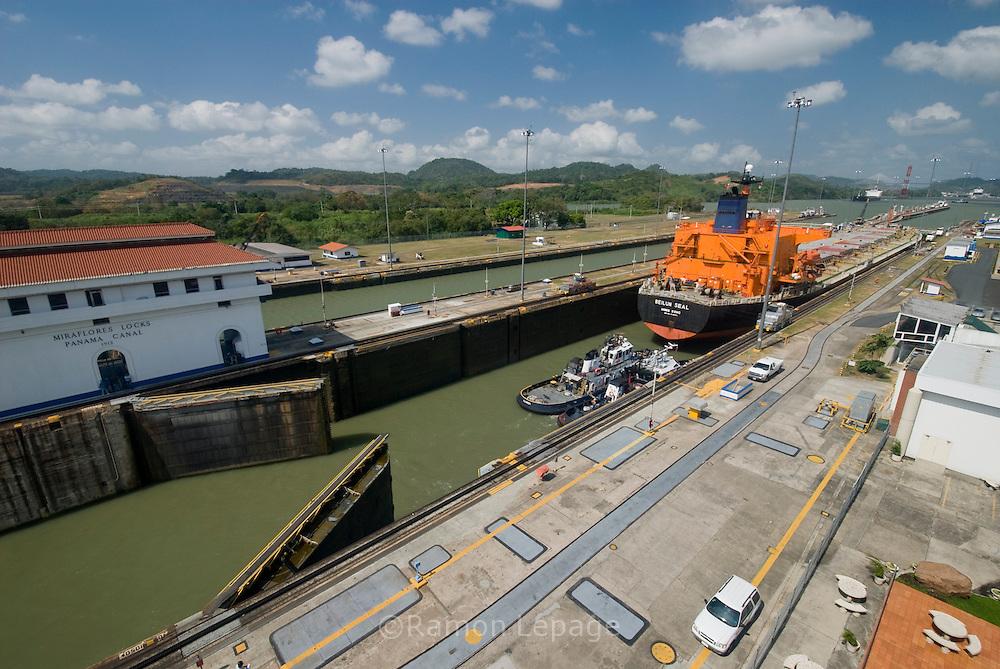 Vista de las esclusas de Miraflores, punto de ingreso y salida de las embarcaciones en el  lado del océano Pacifico del Canal de Panamá. Desde este Centro de Visitantes se puede observar como los barcos se elevan a 16 metros del nivel del mar, realizándolo en 2 procesos, que duran alrededor de 30 minutos..Foto: Ramon Lepage / Istmophoto. /Orinoquiaphoto