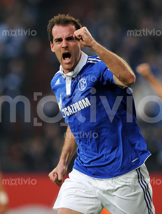 FUSSBALL   1. BUNDESLIGA   SAISON 2010/2010   13. SPIELTAG FC Schalke 04 - SV Werder Bremen                          20.11.2010 Christoph METZELDER (Schalke) jubelt ueber sein Tor zum 1:0