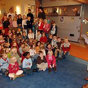 NLD/Huizen/20051207 - Maria montesorrischool Huizen overhandigt een cheque voor Stichting PLAN actie Zwemmen voor Water