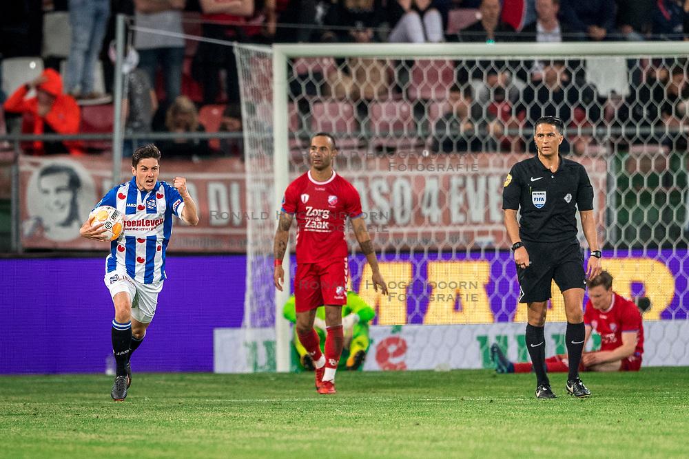 12-05-2018 NED: FC Utrecht - Heerenveen, Utrecht<br /> FC Utrecht win second match play off with 2-1 against Heerenveen and goes to the final play off / Marco Rojas #7 of SC Heerenveen score the 2-1. David Jensen #1 of FC Utrecht, Rico Strieder #6 of FC Utrecht, Sean Klaiber #17 of FC Utrecht