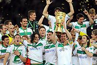 DFB-Pokalsieger Werder Bremen 2009 v.l. Mesut Oezil, Sebastian Boenisch, Claudio Pizarro, Sebastian Proedl, Hugo Almeida, Frank Baumann mit Pokal, Naldo, Torsten Frings<br /> DFB-Pokal Finale Bayer 04 Leverkusen - Werder Bremen<br /> <br /> Norway only