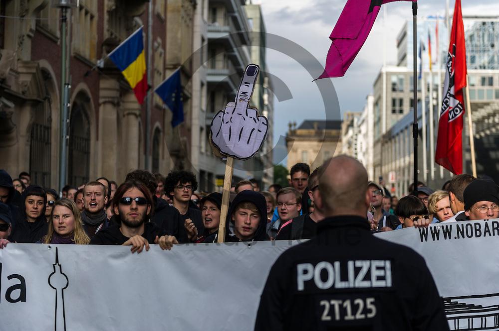 Ein Demonstrant h&auml;lt w&auml;hrend der Demonstration der rechtsextremen Identit&auml;ren Bewegung am 17.06.2016 in Berlin, Deutschland ein Mittelfinger Schild in der Hand. Mehre hundert Menschen demonstrierten gegen den ersten Marsch der rechtsextremen Identit&auml;ren Bewegung in Deutschland. Foto: Markus Heine / heineimaging<br /> <br /> ------------------------------<br /> <br /> Ver&ouml;ffentlichung nur mit Fotografennennung, sowie gegen Honorar und Belegexemplar.<br /> <br /> Bankverbindung:<br /> IBAN: DE65660908000004437497<br /> BIC CODE: GENODE61BBB<br /> Badische Beamten Bank Karlsruhe<br /> <br /> USt-IdNr: DE291853306<br /> <br /> Please note:<br /> All rights reserved! Don't publish without copyright!<br /> <br /> Stand: 06.2016<br /> <br /> ------------------------------