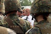 17 AUG 2004, APPEN/GERMANY:<br /> Peter Struck, SPD, Bundesverteidigungsminister, und Soldaten, waehrend einem Besuch der Unteroffiziersschule der Luftwaffe<br /> IMAGE: 20040817-01-020<br /> KEYWORDS: Truppenbesuch, Soldat, Soldaten, Bundeswehr