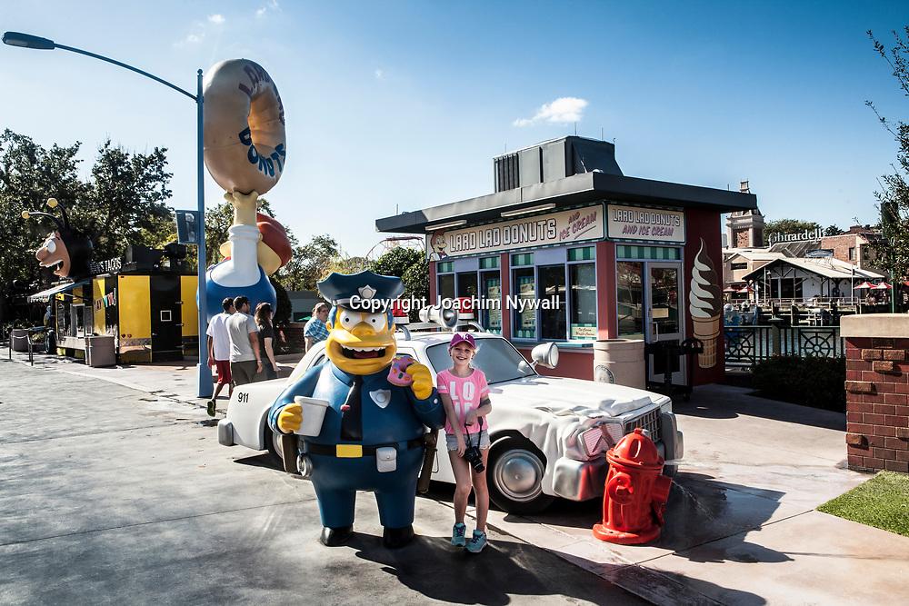 20151117 Orlando Florida USA <br /> Universal studios<br /> Gata i Hollywood <br /> polis fr&aring;n Simpsons med liten flicka<br /> <br /> <br /> <br /> FOTO : JOACHIM NYWALL KOD 0708840825_1<br /> COPYRIGHT JOACHIM NYWALL<br /> <br /> ***BETALBILD***<br /> Redovisas till <br /> NYWALL MEDIA AB<br /> Strandgatan 30<br /> 461 31 Trollh&auml;ttan<br /> Prislista enl BLF , om inget annat avtalas.