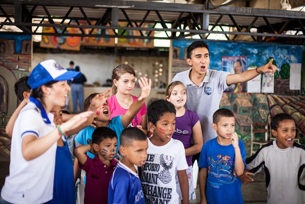 Actividades recreativas organizadas por los jóvenes del programa Casa Universitaria Padre Alberto Hurtado (CUPAH) en el barrio San Miguel de la Vega. Caracas, Nov. 16, 2013 (Foto/Ivan Gonzalez)