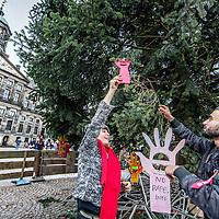 Nederland, Amsterdam, 8 januari 2017.<br />Kunstenares Godelieve Smulders hangt kunstwerkjes met een boodschap in de vorm van handjes in de kerstboom op de Dam  en betrekt omstanders erbij om hetzelfde te doen zoals Furkan Yildrim (zie foto)<br />Een handje dat &ldquo;stop&rdquo; zegt.<br />Met dit nieuwe symbool gaat Godelieve Smulders over de hele wereld het kwaad van verkrachting te lijf om te beginnen op de Dam.<br /><br /><br /><br />Foto: Jean-Pierre Jans