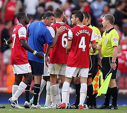 11.09.2010, Emirates Stadium, London, ENG, PL, FC Arsenal vs Bolton Wanderers, im Bild Bolton's Manager Owen Coyle exchange few words with Referee Stuart Attwell  in the middle of pitch after final whistle  during Arsenal fc vs Bolton Wfc  for the EPL at the Emirates Stadium in London  . EXPA Pictures © 2010, PhotoCredit: EXPA/ IPS/ Marcello Pozzetti +++++ ATTENTION - OUT OF ENGLAND/UK +++++ / SPORTIDA PHOTO AGENCY