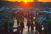 Nederland, Ewijk, Beuningen,  25-6-2016Het festival Down the Rabbit Hole , dtrh . De organisatie had veel moeite gedaan de water en modderoverlast, veroorzaakt door de hoosbuien van afgelopen week, tot een minimum te beperken . Helaas regende het vandaag tegen de verwachting in toch en werd het terrein een modderpoel...Deze zaterdag werd afgesloten door de band, indieband, The National met leadzanger Matt Berninger Foto: Flip Franssen