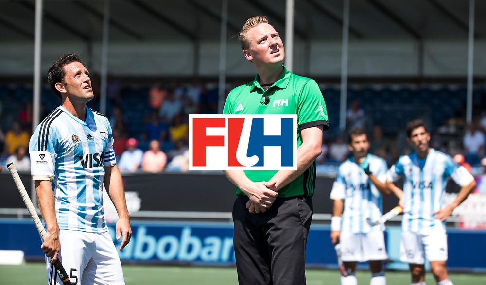 BREDA - scheidsrechter Coen van Bunge wacht met Pedro Ibarra (Arg) op de video referee.  Argentinie-Australie  .  Rabobank Champions  Trophy `2018 .  COPYRIGHT  KOEN SUYK