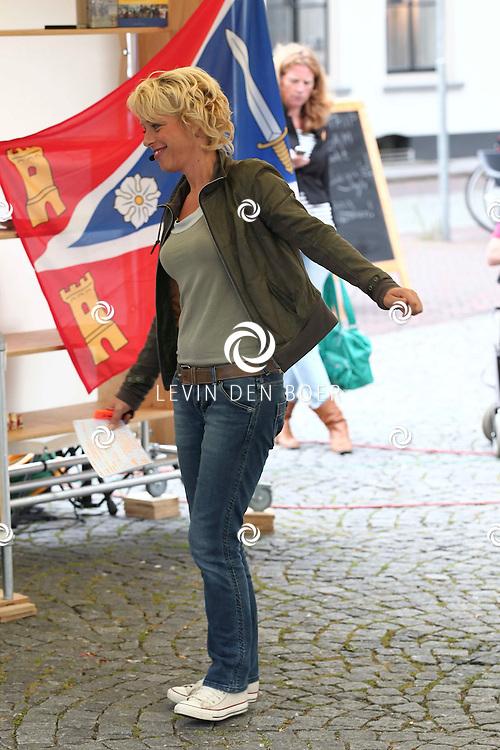 ZALTBOMMEL - Vandaag is TV Gelderland met het programma Zomer in Gelderland te gast in Zaltbommel. Diversen artiesten en genodigden paseren de gesprekstafel. Met op de foto de tv presentatrice Angelique Kruger. FOTO LEVIN DEN BOER - PERSFOTO.NU