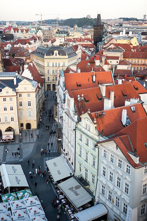 Ein Teil des Altstädter Rings gesehen von der Aussichts Plattform auf der Spitze des Altstädter Rathaus in Prag.