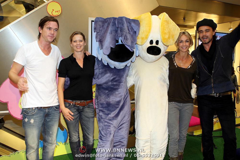 NLD/Amsterdam/20070922 - Opening Woenzel en Pip shop Bijenkorf, Babette van Veen, Johnny de Mol en Wendy van Dijk en Dinand Woesthoff en de poppen Woenzel en Pip