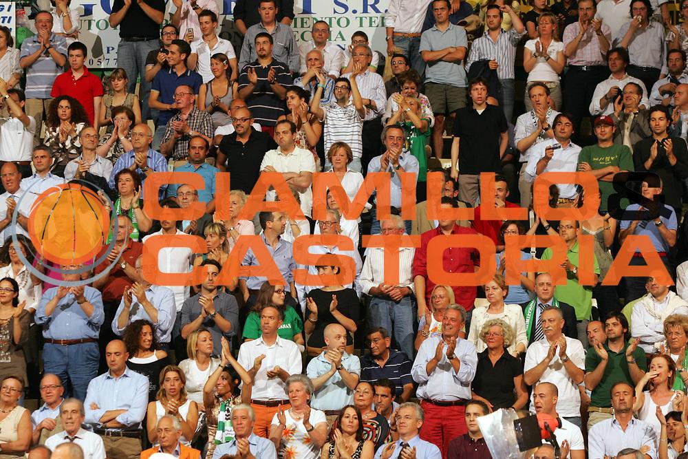 DESCRIZIONE : Siena Lega A1 2006-07 Playoff Finale Gara 1 Montepaschi Siena VidiVici Virtus Bologna <br /> GIOCATORE : <br /> SQUADRA : Montepaschi Siena <br /> EVENTO : Campionato Lega A1 2006-2007 Playoff Finale Gara 1 <br /> GARA : Montepaschi Siena VidiVici Virtus Bologna <br /> DATA : 13/06/2007 <br /> CATEGORIA : <br /> SPORT : Pallacanestro <br /> AUTORE : Agenzia Ciamillo-Castoria/P.Lazzeroni