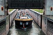 Nederland,Weurt, 24-1-2008..De sluis bij weurt in het maaswaal kanaal. Een binnenvaartschip wordt geschut...Foto: Flip Franssen/Hollandse Hoogte