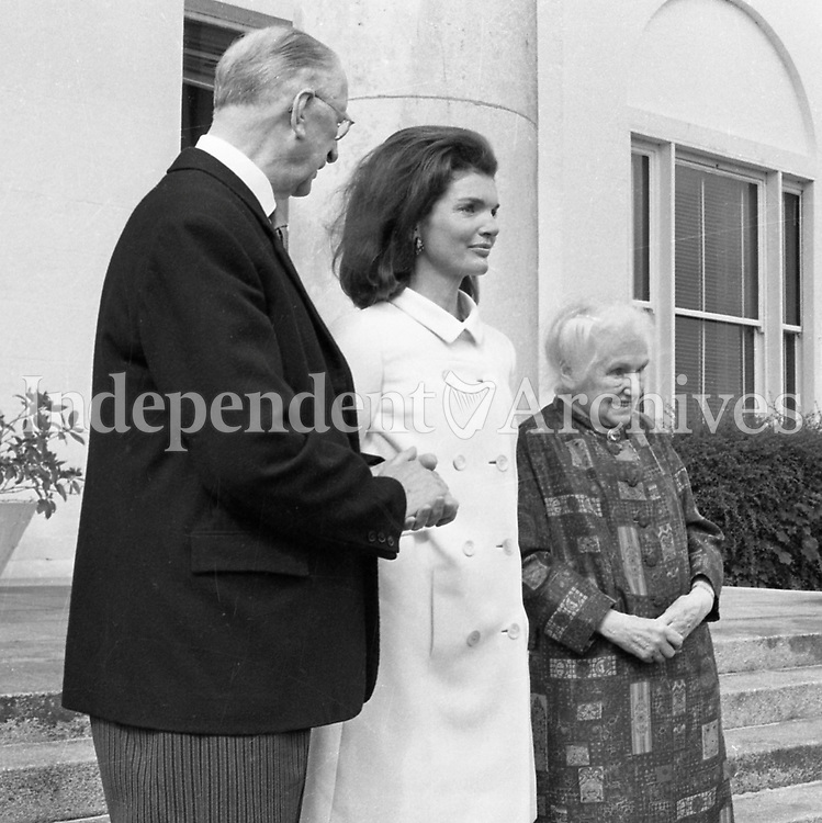 Jacqueline Kennedy's visit to Ireland, June 1967.<br /> (Jacqueline &quot;Jackie&quot; Lee Bouvier Kennedy Onassis)<br /> Jacqueline Kennedy with President of Ireland Mr. &Eacute;amon de Valera and his wife Sin&eacute;ad de Valera at &Aacute;ras an Uachtar&aacute;in.<br /> June 30th 1967.<br /> (Part of the Independent Ireland Newspapers/NLI Collection)