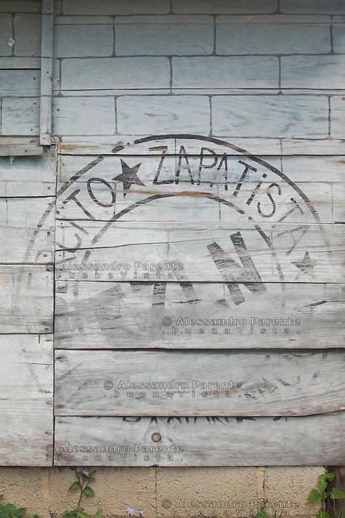 In every Caracol artists are welcome to decorate the walls.<br /> En cada caracol zapatista los artistas son los bienvenidos.