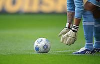 FUSSBALL  1. BUNDESLIGA   SAISON 2009/2010   9. SPIELTAG VfL Wolfsburg - Borussia Moenchengladbach        18.10.2009 Symbolbild Fußball, Torwart legt sich den Ball zurecht