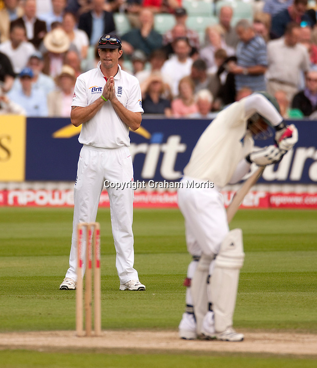 Kevin Pietersen looks for help during the third npower Test Match between England and Pakistan at the Oval.  Photo: Graham Morris (Tel: +44(0)20 8969 4192 Email: sales@cricketpix.com) 19/08/10