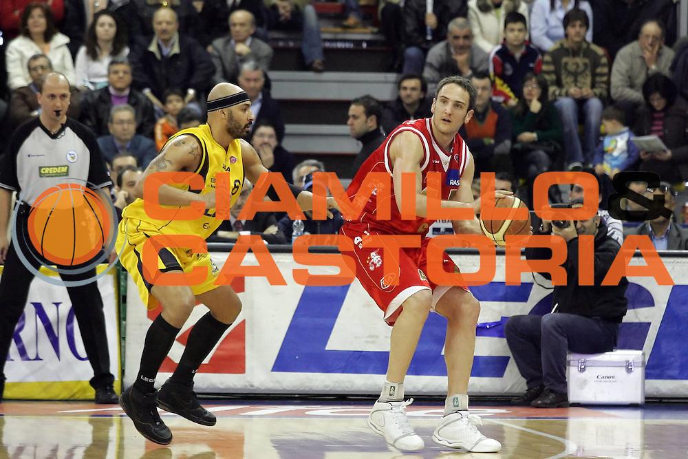 DESCRIZIONE : Scafati Lega A1 2006-07 Legea Scafati Armani Jeans Milano <br /> GIOCATORE : Schultze<br /> SQUADRA : Armani Jeans Milano <br /> EVENTO : Campionato Lega A1 2006-2007 <br /> GARA : Legea Scafati Armani Jeans Milano <br /> DATA : 25/02/2007<br /> CATEGORIA : Palleggio<br /> SPORT : Pallacanestro <br /> AUTORE : Agenzia Ciamillo-Castoria/A.De Lise