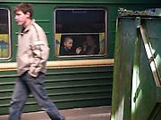 Reisende auf einem Bahnsteig des Kasaner Bahnhofs (Kasanski woksal) welcher einer der neun Bahnhöfe in Moskau ist. Er liegt am Komsomolskaja-Platz, in unmittelbarer Nähe zum Jaroslawler und dem Leningrader Bahnhof, und ist bis heute einer der größten Bahnhöfe der russischen Hauptstadt. <br /> <br /> Travellers on a plattform of the Kazansky Rail Terminal (Kazansky vokzal) which is one of eight rail terminals in Moscow, situated on the Komsomolskaya Square, across the square from the Leningradsky and Yaroslavsky terminals.